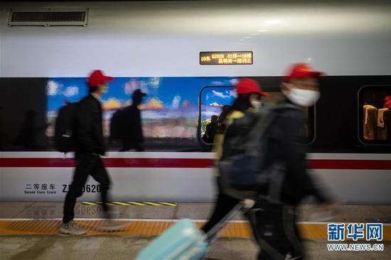 外出务工人员在昆明南站上车(2月24日摄)。新华社记者 胡超 摄