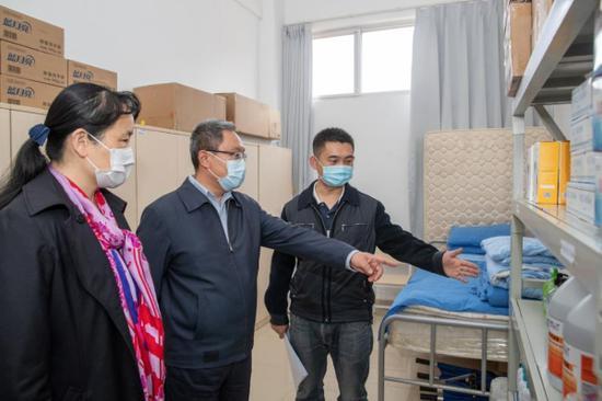 督查昆三中经开学校防疫物资储备情况