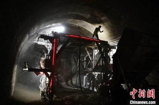 图为建设者在滇中引水工程松林隧洞内施工。 刘冉阳 摄