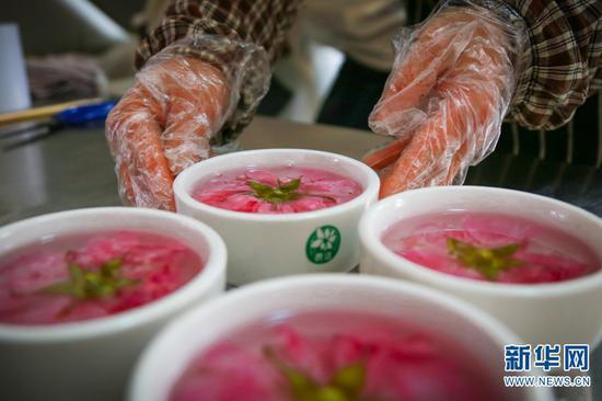 制作玫瑰花果冻。(摄于4月28日)(新华网 潘越 摄)