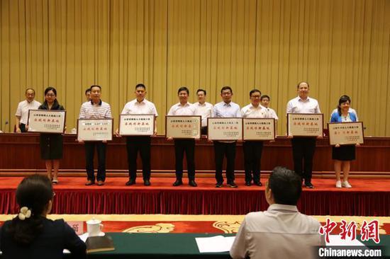 为26个省级网络人士统战工作实践创新基地授牌。 崔永江 摄