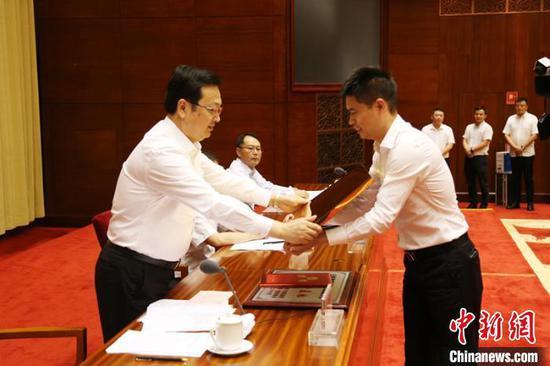 张国华(左)为轮值会长袁荣颁发网络人士联谊分会牌匾。 崔永江 摄