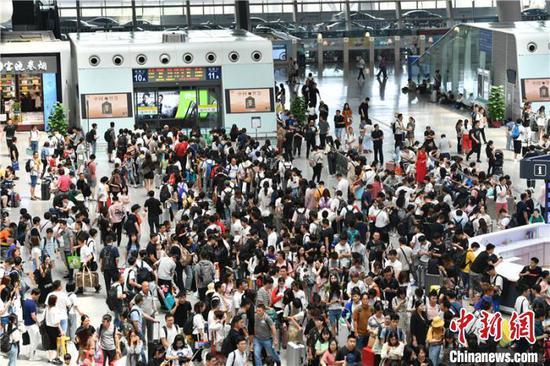 资料图:杭州东站内景。 张煜欢 摄