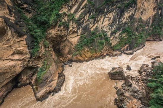 中虎跳峡谷底。摄影:爱唱歌的佟老湿