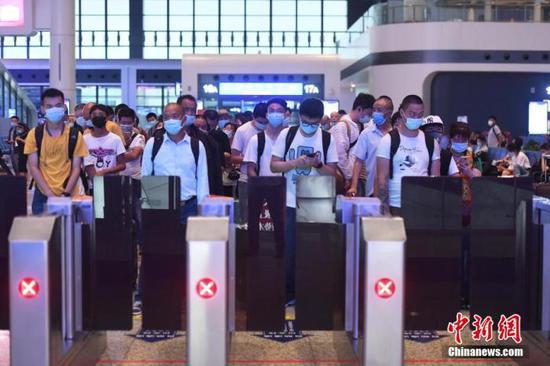 资料图:7月1日,旅客在重庆火车西站出行。 陈超 摄