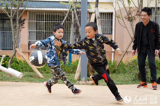 会泽县易地扶贫搬迁县城安置点的两名小孩在打球。