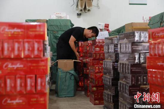 图为警方查获的假冒伪劣卷烟。云南省公安厅供图
