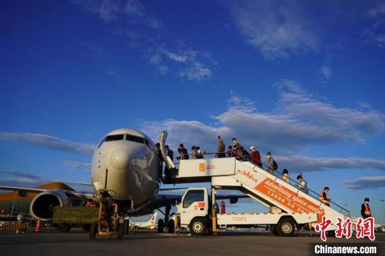 图为旅客正在登机。云南航空产业投资集团供图