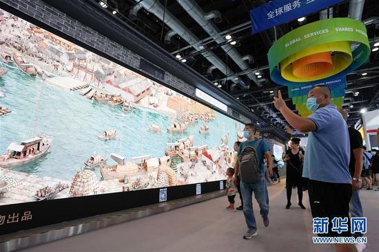参观者在服贸会综合展区参观展出的《穿越时空的大运河》数字影像(9月6日摄)。 新华社记者 鞠焕宗 摄