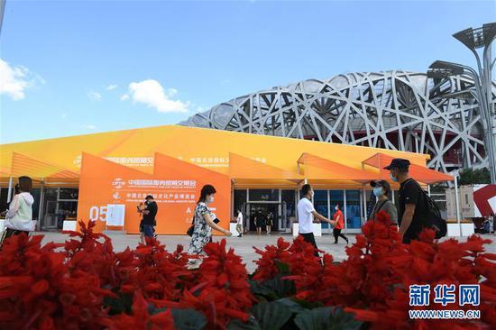 观众在位于北京奥林匹克公园中轴景观大道的服贸会专题展区参观(9月9日摄)。 新华社记者 鲁鹏 摄