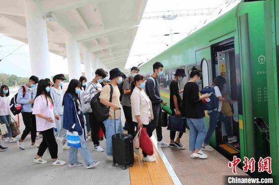 """图为""""超长黄金周""""来云南的旅客搭乘火车出行。 周涛 摄"""