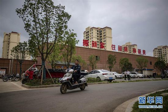 """在云南省昭通市靖安新区,54岁的搬迁户吴照康主动申请担任了靖安新区""""楼栋长""""(8月8日摄)。 新华社记者 江文耀 摄"""