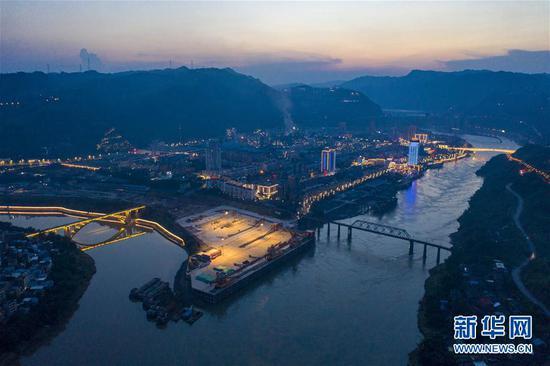 """""""万里长江第一港""""水富港扩能工程稳步推进,建成后将成为云南最大内陆港口和多式联运的枢纽(8月10日摄,无人机照片)。新华社记者 江文耀 摄"""