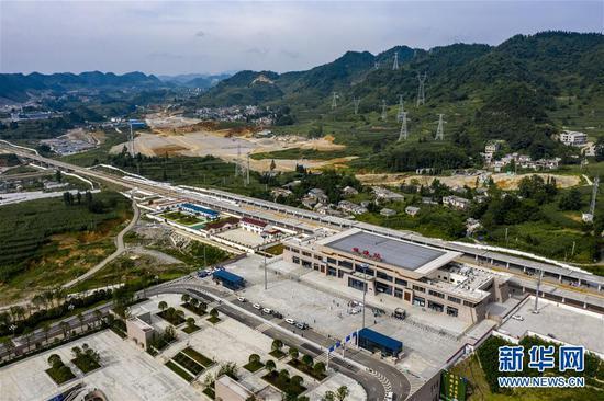 动车组列车驶入成贵高铁镇雄站(8月11日摄,无人机照片)。 新华社记者 江文耀 摄