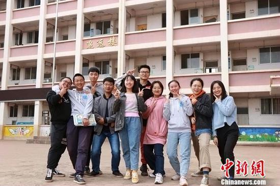 在陈友书校长的带领下,志愿者老师们和本地教师组成了一支团结的队伍