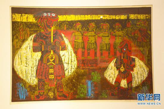 张晓春创作超一个月的木刻版画作品《晚笛》,该作品在1990年获全国青年版画展优秀作品奖(一等奖)(10月13日摄)。新华网 徐华陵 摄