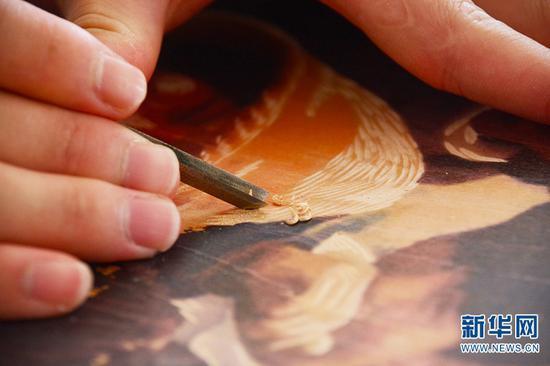 在普洱学院版画工作室,艺术学院版画专业学生李春雷在制作绝版木刻版画(10月13日摄)。新华网 徐华陵 摄