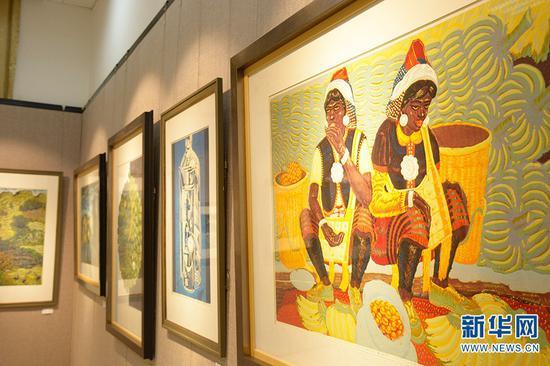 普洱学院绝版木刻精品陈列馆里展示的版画作品(10月13日摄)。新华网 徐华陵 摄