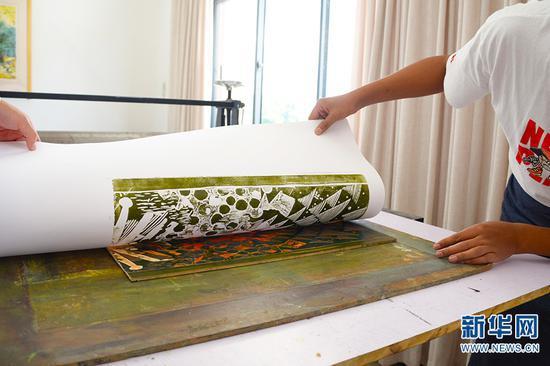 李春雷和同学印刷木刻版画(10月13日摄)。新华网 徐华陵 摄