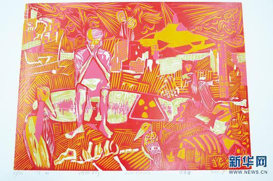 李春雷展示他的木刻版画作品《战后》(10月13日摄)。新华网 徐华陵 摄