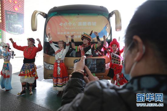 """热情的云南民族歌舞欢迎游客""""冬约昆明""""。(摄于12月5日)新华网 刘云 摄"""
