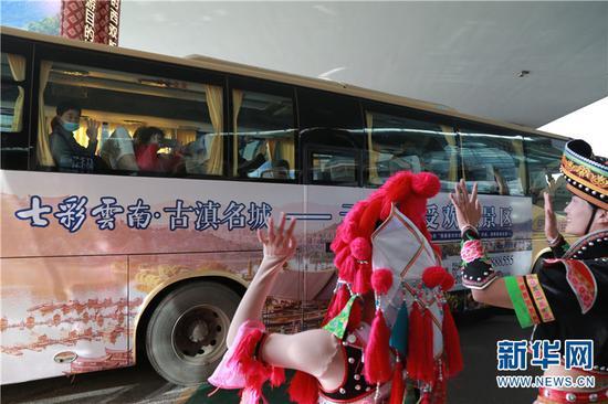 """12月5日,45名从重庆飞抵昆明的游客开启""""暖冬""""之旅。(新华网 刘云 摄)"""