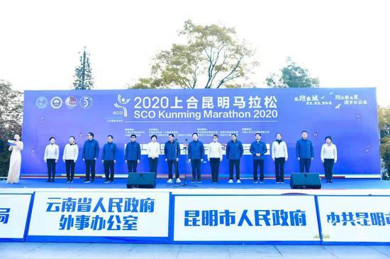 云南省委常委、昆明市委书记、滇中新区党工委书记程连元宣布起跑。