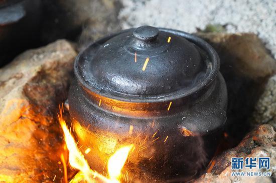 用当地烧制的土罐炖土鸡(2020年12月30日摄)。新华网发(李丹 摄)
