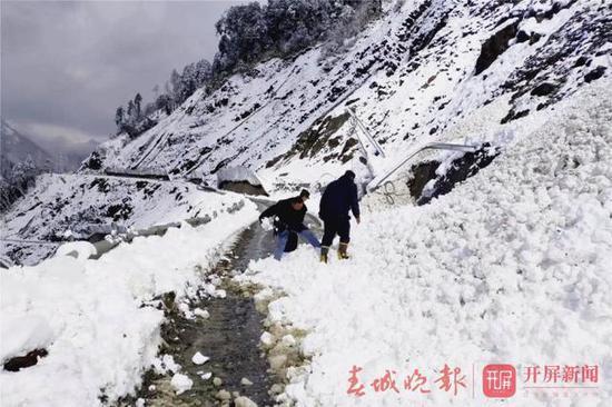 民警冒雪寻找被困驴友