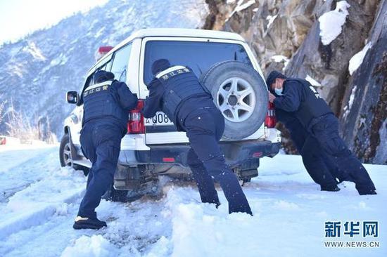 民辅警们在巡逻途中推车。