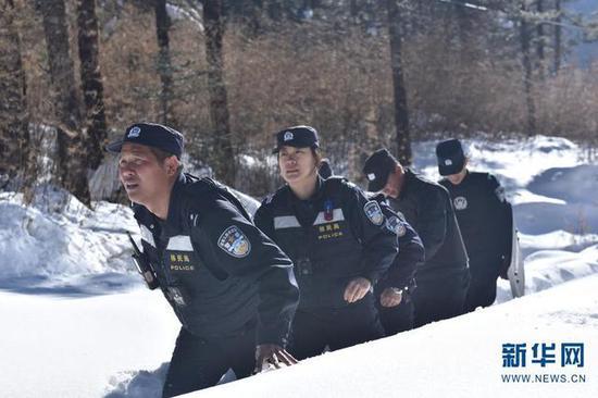 刘明佳、边玲玲和战友们在雪山上徒步巡逻。