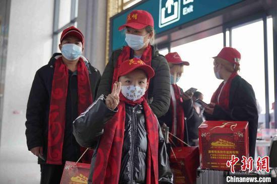图为外出务工人员带着孩子与行李进入昆明南火车站。 刘冉阳 摄