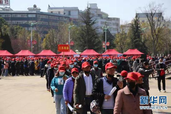 图为欢送仪式结束后,务工群众有序登上车辆前往务工地点。曲靖市委宣传部供图