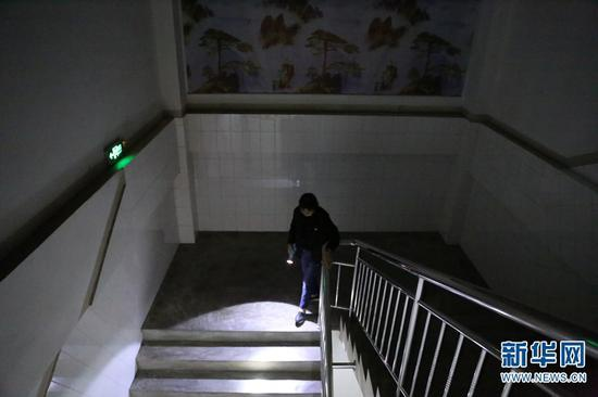 孩子们下了晚自习,张桂梅一层一层巡查教学楼,确认没有安全隐患后才会离开(2019年10月15日摄)。新华网 丁凝 摄