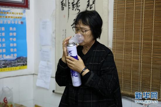 常年过度操劳,让张桂梅疾病缠身。图为盯完学生们课间操后的张桂梅回到办公室吸氧、吃早餐、吃药(2019年10月15日摄)。新华网 丁凝 摄