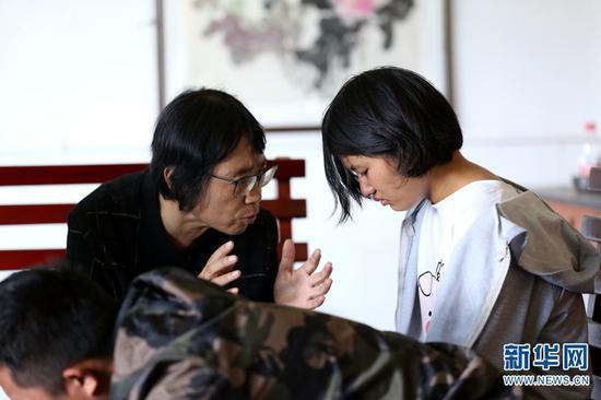 张桂梅劝导退学又复学的孩子(2019年10月16日摄)。新华网 赵普凡 摄