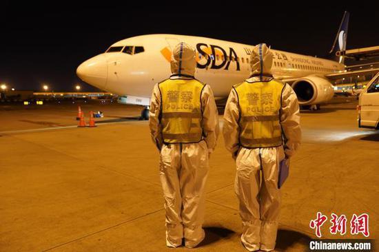 图为民警提前到达停机坪等候货机落地。 昆明边检站供图