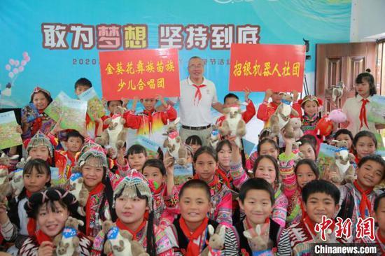 王炳华与金葵花彝族苗族少儿合唱团。受访者供图