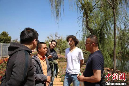 图为中德专家在澄江市抚仙湖边考察。 缪超 摄