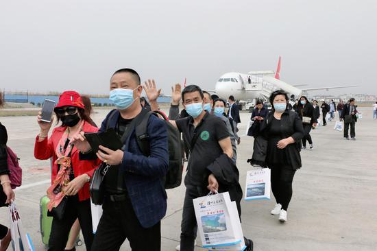 抵達保山的瀘州游客(王婭男/攝)