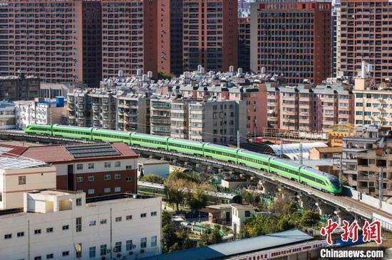 图为一列动车组列车从昆明出发。 中国铁路昆明局集团供图