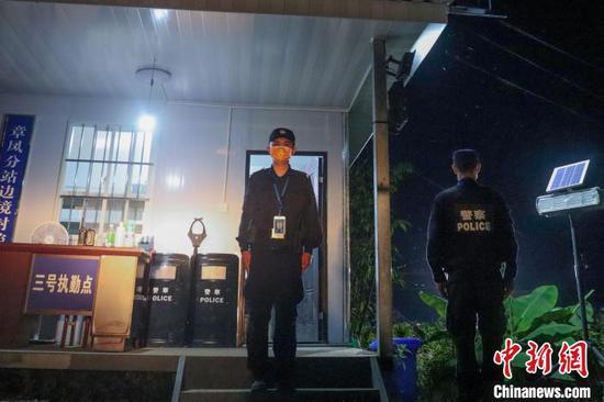 图为执勤中的民警。 瑞丽边检站供图
