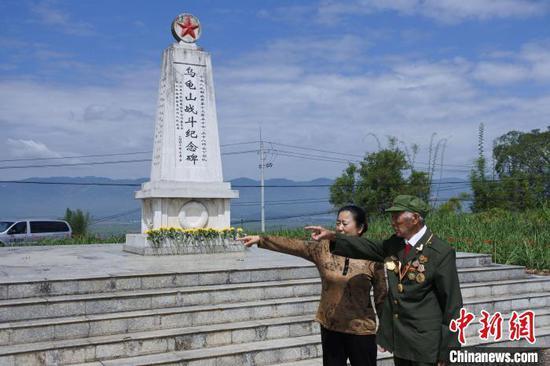 图为老兵许康元在乌龟山战斗纪念碑。 中新社记者 罗婕 摄