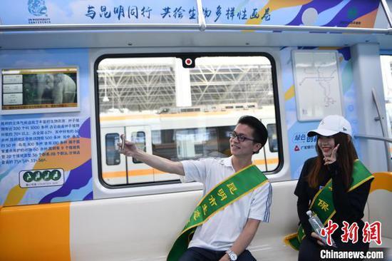 """图为志愿者在""""生态文明号""""地铁专列上 刘冉阳 摄"""
