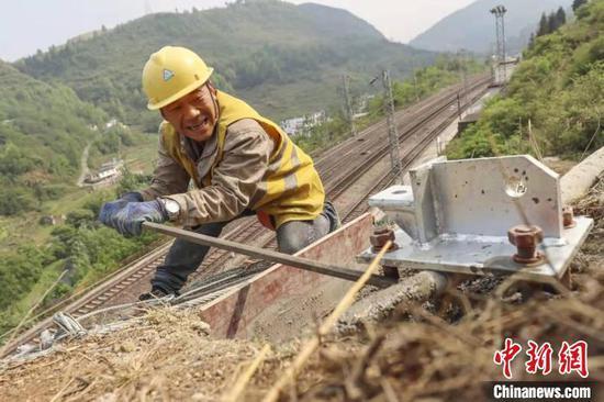 图为铁路工人开展新一轮的防洪隐患排查整治。 张兴志 摄