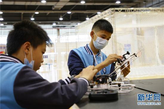 2021年5月29日,参加第35届云南省青少年科技创新大赛的小选手正在调试无人机。
