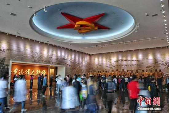 资料图:图为游客在遵义会议会址纪念馆参观。瞿宏伦 摄