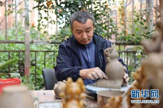 张才在制作瓦猫。受访者供图