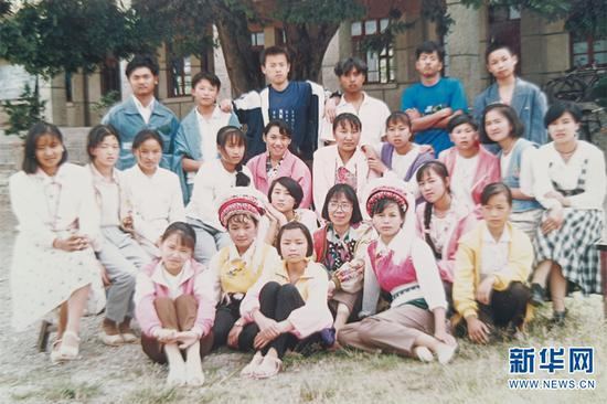 1995年,张桂梅在大理喜洲一中任教,和学生在一起合影(资料图)。新华网发(华坪县融媒体中心 供图)