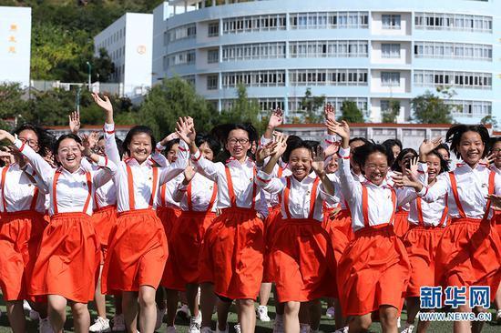 学生们面对镜头欢快地招手(2019年10月17日摄)。新华网 赵普凡 摄
